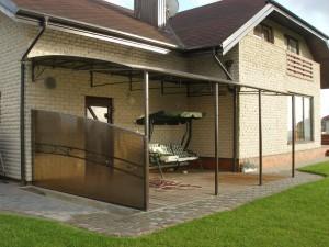 Nestandartinis stogelis virš lauko durų
